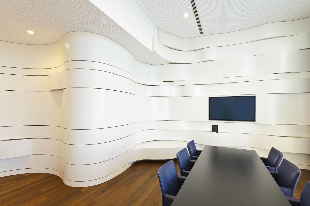 Objekteinrichtung Referenz | Geschwungene 3D Wandverkleidung Hypo NÖ Kompetenzcenter St.Pölten
