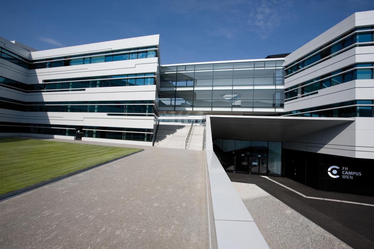 Objekteinrichtung Referenz | Aussenansicht FH Campus Wien