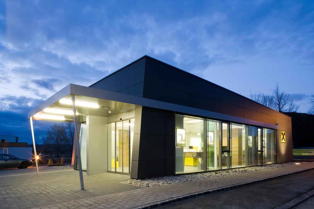 Bankeinrichtung Referenz | Aussenansicht Raiffeisenbank Krems Filiale Rohrendorf