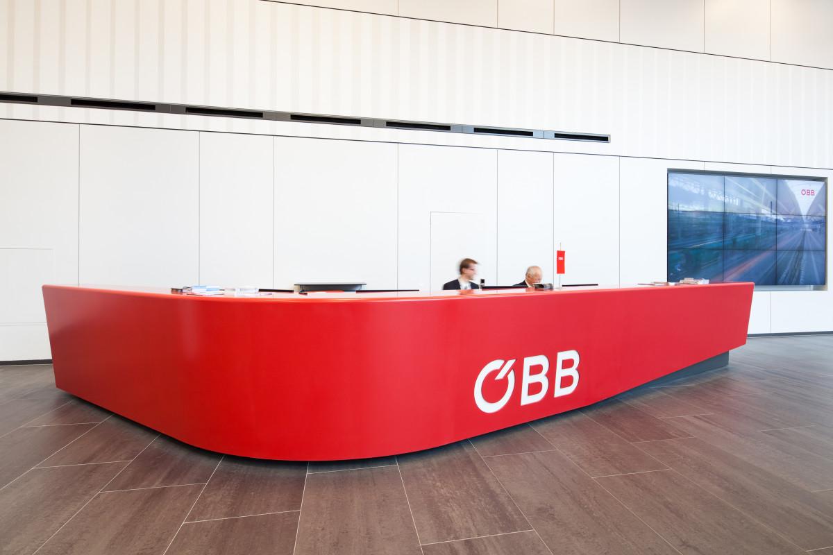 Referenzprojekt modernes Arbeiten | Empfangspult ÖBB Konzernzentrale Wien